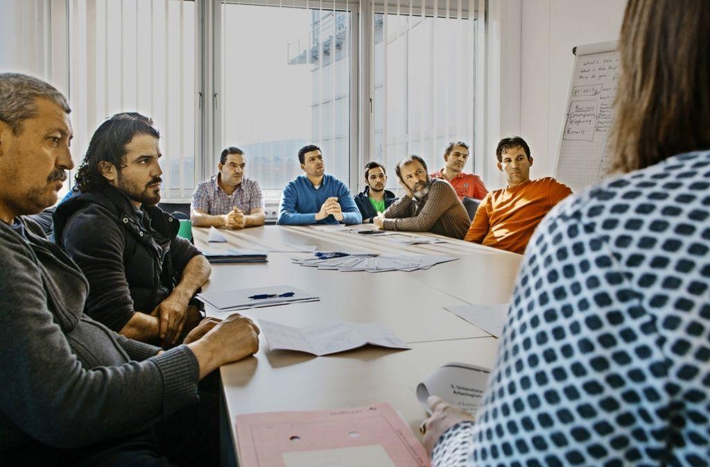 Anerkannte Flüchtlinge erhalten im Jobcenter zunächst Informationen über den deutschen Arbeitsmarkt und über das hiesige Ausbildungssystem. Foto: Lichtgut/Verena Ecker