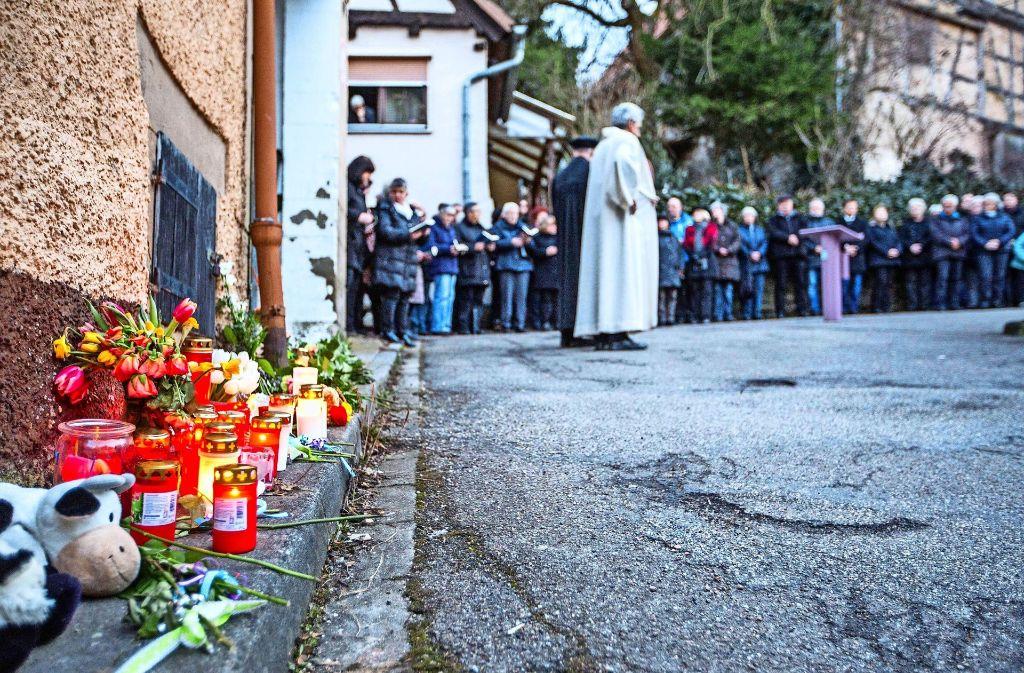 Dutzende Menschen kommen im Februar zu einer Trauerfeier für die zwei getöteten Kinder, die in... Foto: 7aktuell.de, SDMG/Archiv