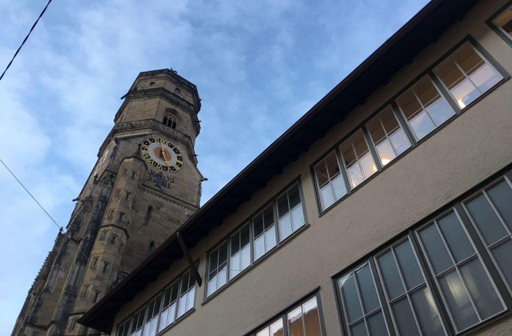 Seit Dienstag steht die Turmuhr der Stiftskirche auf kurz vor fünf Uhr. Foto: Siri Warrlich