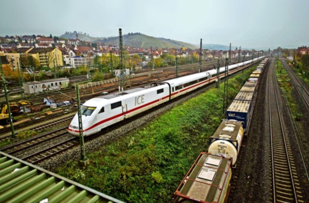 Fernzüge wie dieser ICE fahren bei Untertürkheim durch das Neckartal. Künftig sollen sie dort abgestellt werden. Zum neuen Tiefbahnhof geht es unterirdisch. Foto: Lichtgut/Max Kovalenko