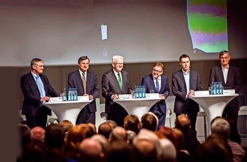 Das Debattenpodium im Haus der Wirtschaft (v.l.n.r): Jörg Meuthen (AfD), Hans-Ulrich Rülke (FDP), Winfried Kretschmann (Grüne), Guido Wolf (CDU), Nils Schmid (SPD) und Bernd Riexinger (Linke). Foto: Lichtgut/Achim Zweygarth