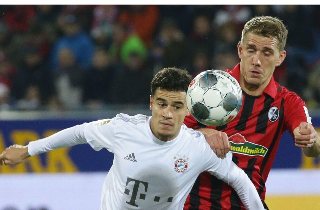 Nils Petersen (re.) gegen Bayern-Spieler Coutinho: Der Mann vom SC Freiburg will sich Pianospielen selbst beibringen. Foto: Baumann Foto: