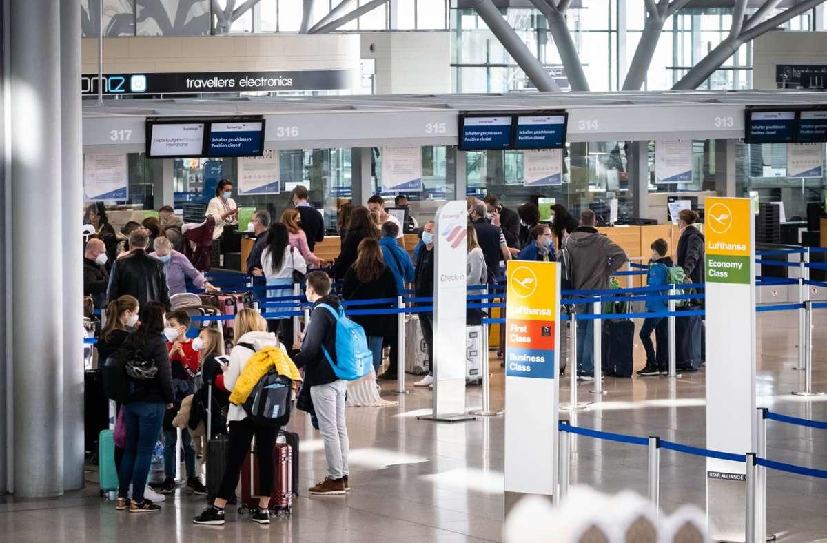 Ungewohntes Bild: Schlangen am Stuttgarter Flughafen. Foto: Lichtgut/Achim Zweygarth