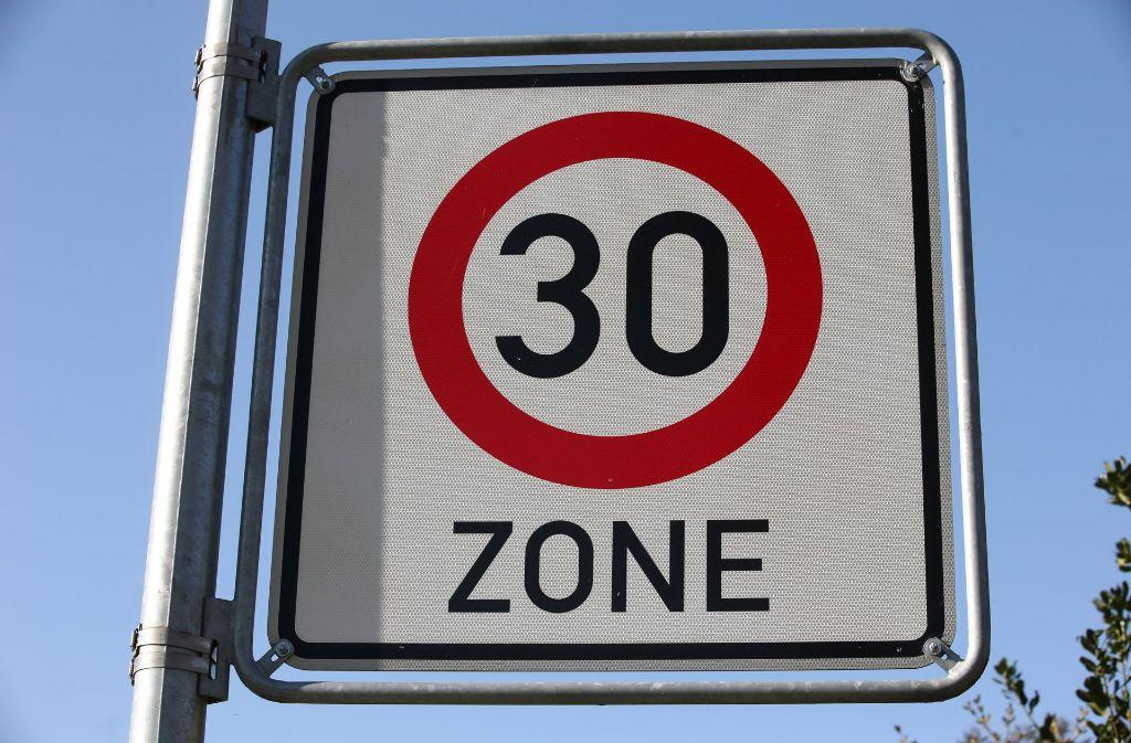 Die Bundesregierung entschied, dass künftig auch auf Verbindungsachsen     Tempo 30 gelten kann,   wenn  eine Schule in der Nähe ist. Foto: dpa