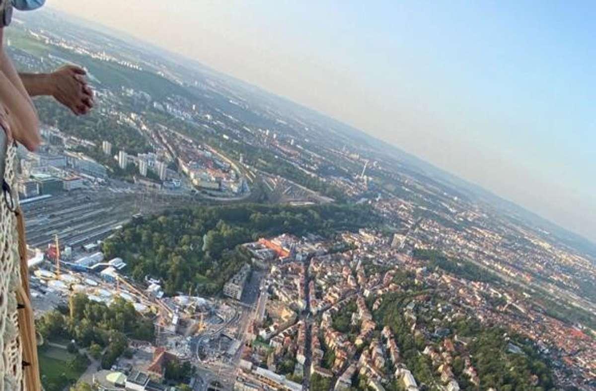 Stuttgart im Spielzeugformat: Der Blick aus dem gewaltigen Heißluftballon, der am Mittwochabend seine Jungfernfahrt hatte. Foto: Fotoagentur Stuttgart/Rosar