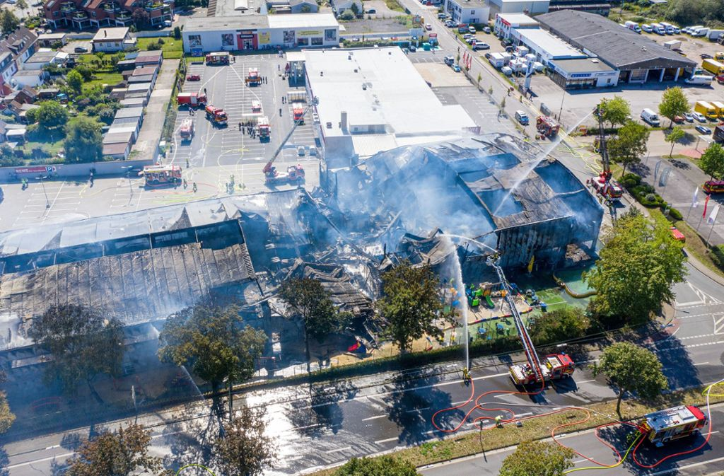 Bei dem Großbrand wurde ersten Erkenntnissen zufolge niemand verletzt. Foto: Christoph Reichwein/dpa