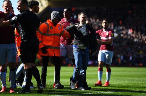 Gegnerischer Fan boxt Villa-Spieler nieder