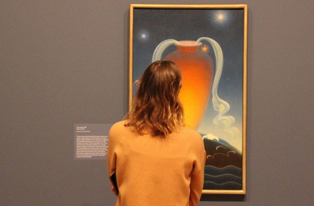 """Eine Ausstellungsbesucherin betrachtet das Kunstwerk """"Even Song"""" von Agnes Pelton (1881-1961). Foto: dpa/Christina Horsten"""