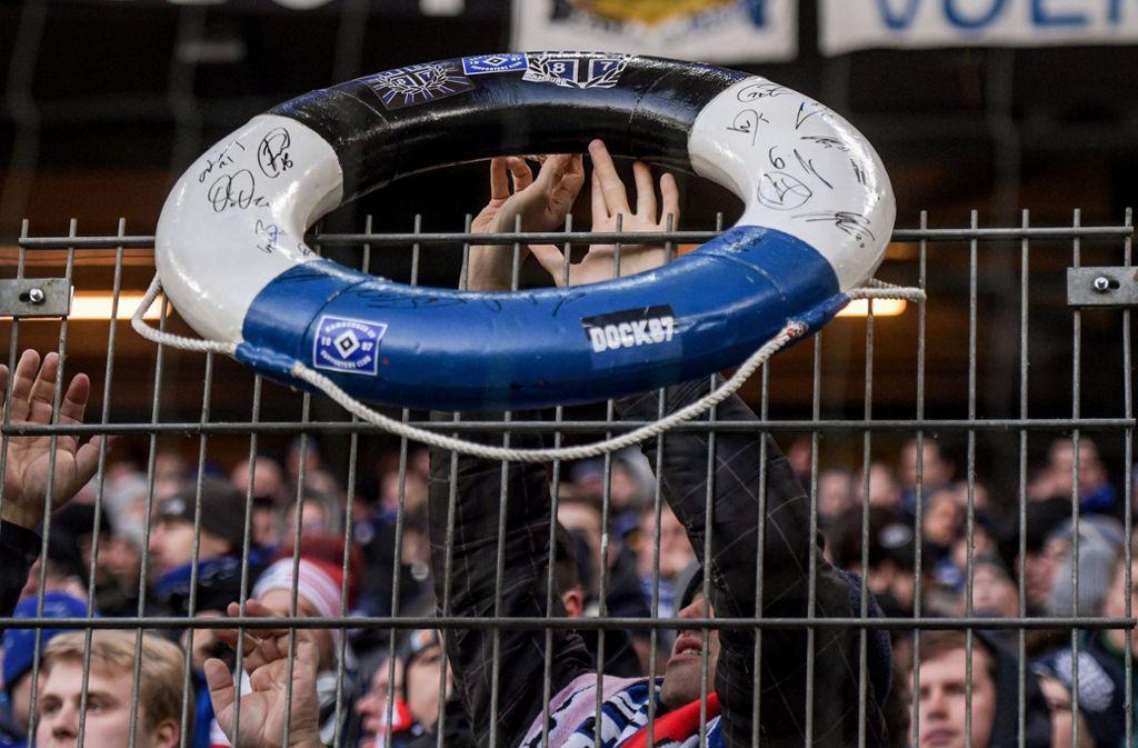 Frustrierte HSV-Fans: Die Rettung ist für den Bundesliga-Dino in ganz weite Ferne gerückt. Foto: dpa