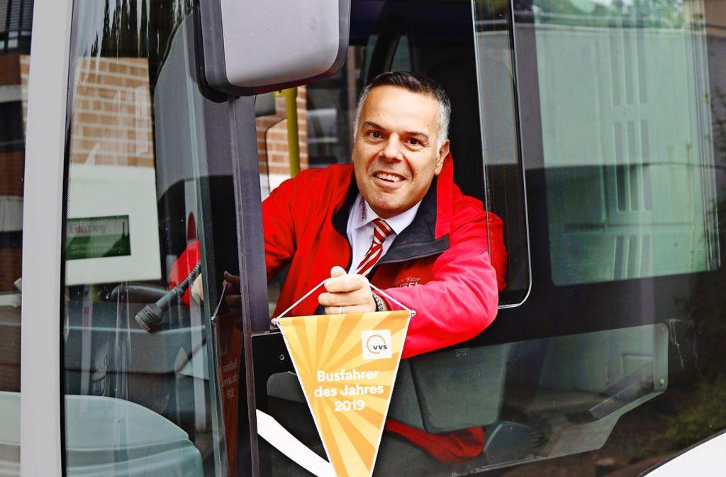 Ausgezeichnet: Carlo Danza ist der 16. Busfahrer des Jahres. Der Preis wird seit 2004 verliehen. Foto: VVS
