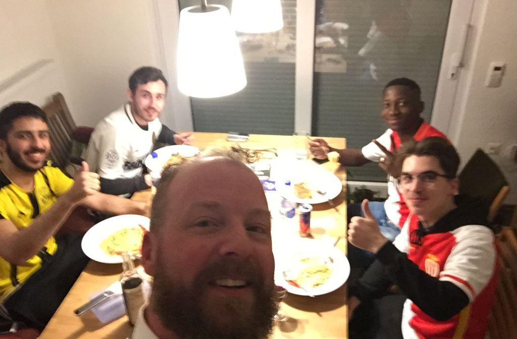Zu Gast bei Freunden: Dortmunder Fans nehmen Anhänger aus Monaco bei sich auf. Foto: dpa