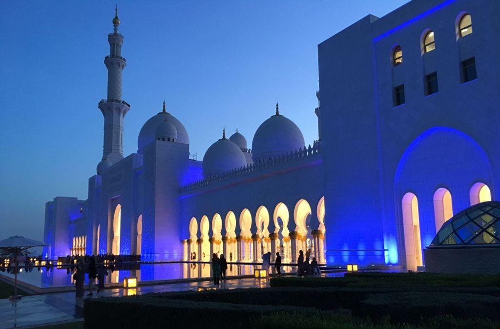 Die Scheich-Zayed-Moschee in Abu Dhabi ist die größte in den Vereinigten Arabischen Emiraten (VAE). Sie bietet 40000 Gläubigen Platz. 1971 gründete der Scheich die VAE als Zusammenschluss von sieben Emiraten. Foto: Hinrichsen