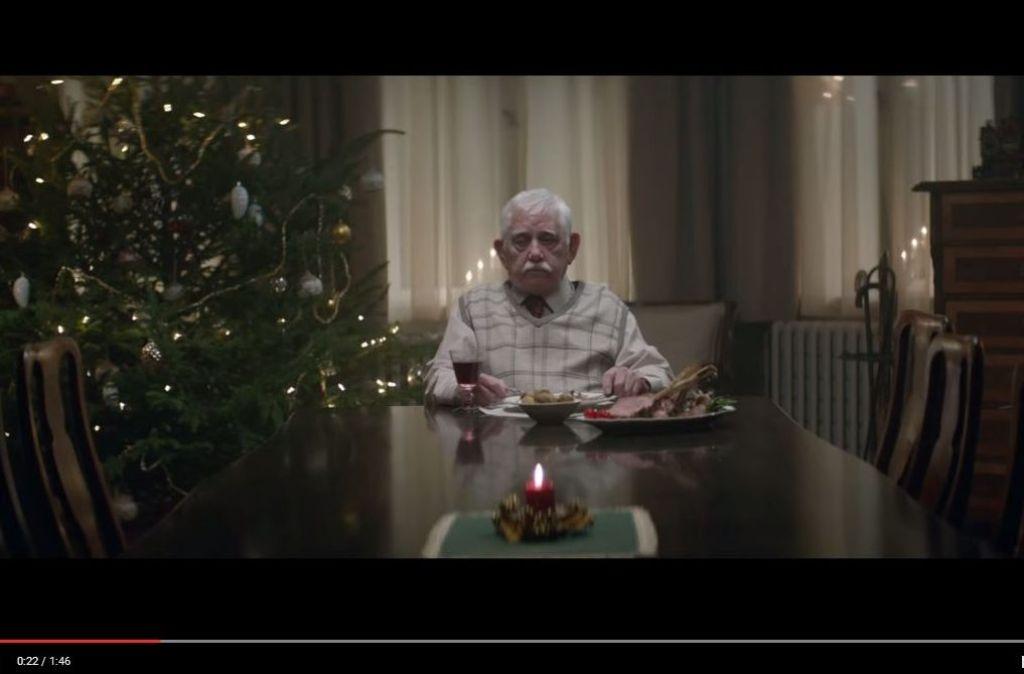 Eine Szene, die ein schlechtes Gewissen macht: der Großvater sitzt Weihnachten allein zuhause in seiner Wohnung. Foto: Screenshot Youtube / Edeka