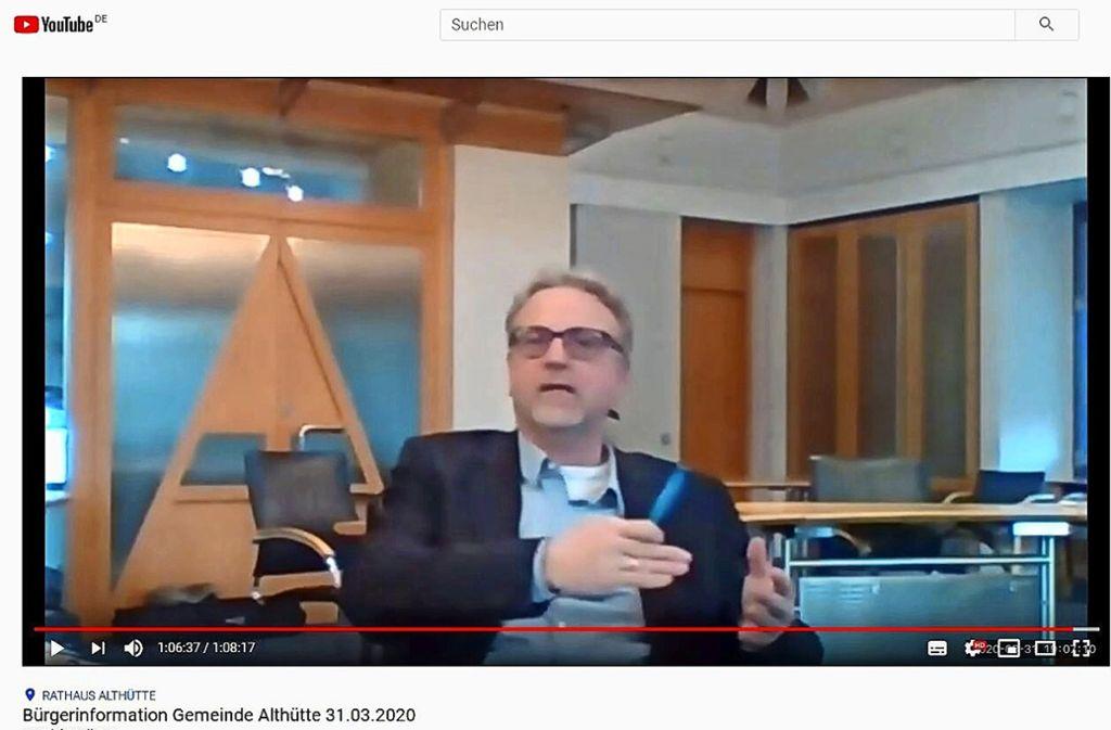 Der Bürgermeister Sczuka hat per Videokonferenz Fragen beantwortet. Foto: Screenshot/Youtube.com