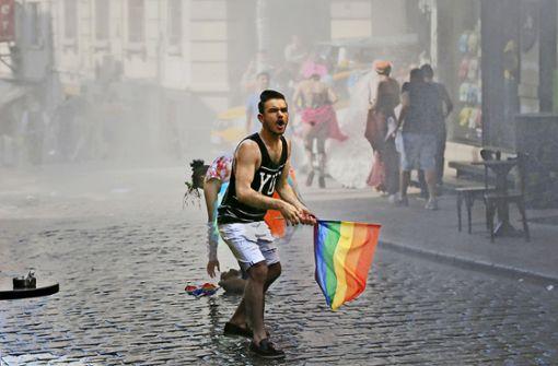 Polizei setzt Tränengas gegen LGBTI-Aktivisten ein