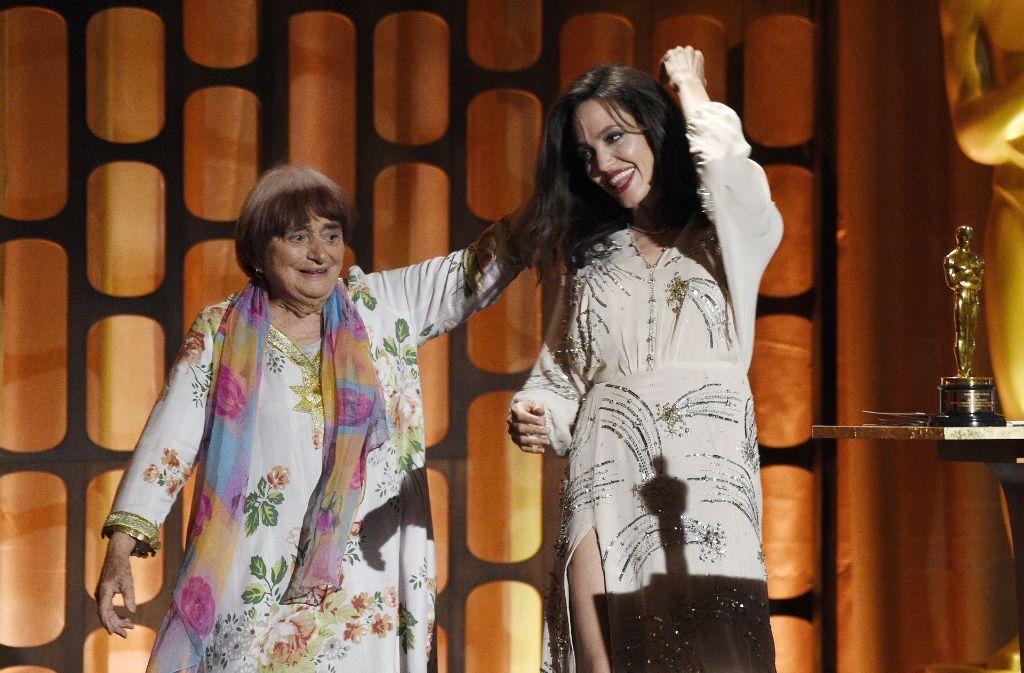 Haben Spaß auf der Bühne der Ehren-Oscar-Verleihung: Angelina Jolie und die französische Regisseurin Agnès Varda. Foto: Invision