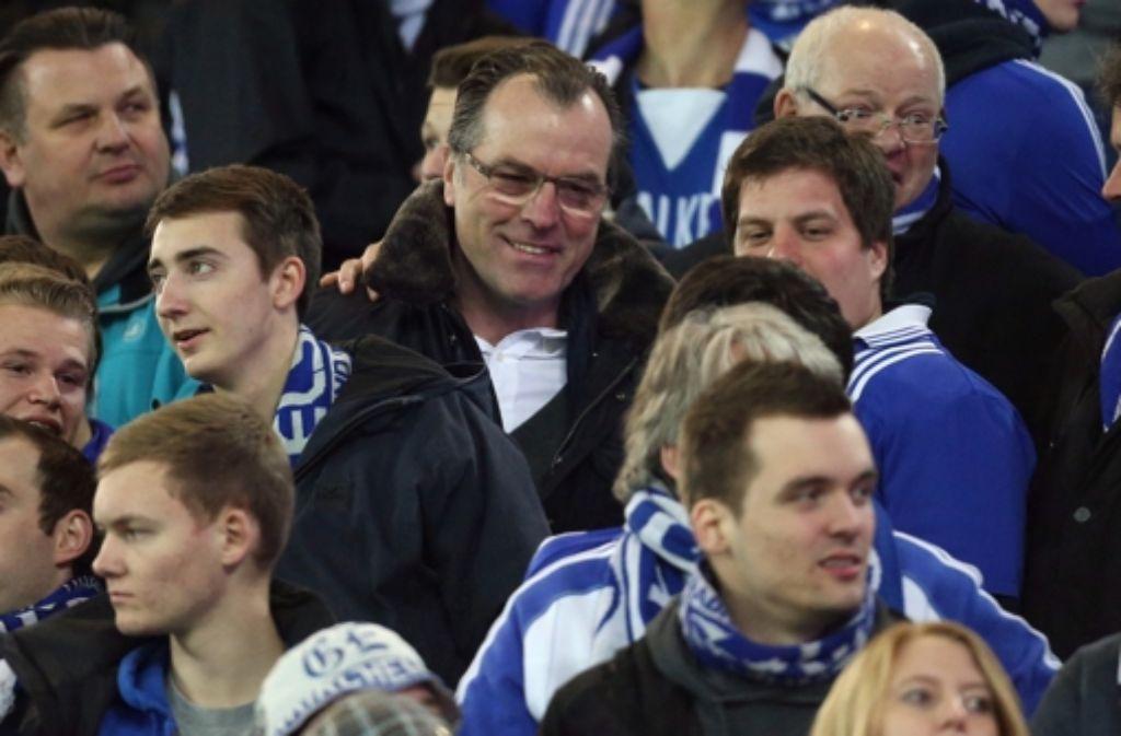 Schalkes Aufsichtsratsvorsitzender Clemens Tönnies (Mitte) steht zum Sponsor Gazprom. Foto: dpa