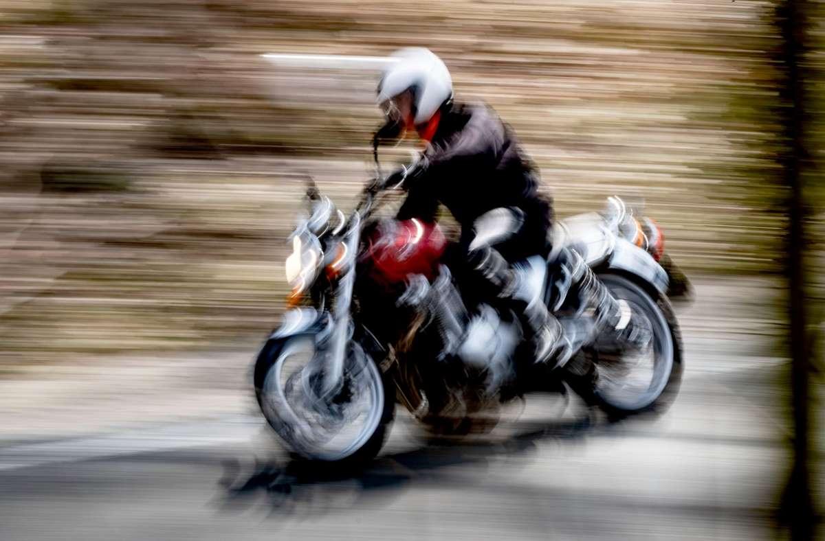 Der Motorradfahrer hat sich bei der Kollision leicht verletzt (Symbolbild). Foto: dpa/Peter Steffen