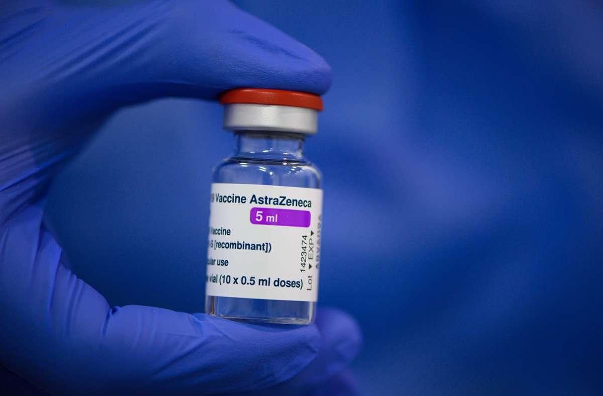 Hintergrund der Empfehlung sind Fälle von Hirnvenen-Thrombosen nach einer Impfung mit Astrazeneca (Symbolbild). Foto: dpa/Robert Michael
