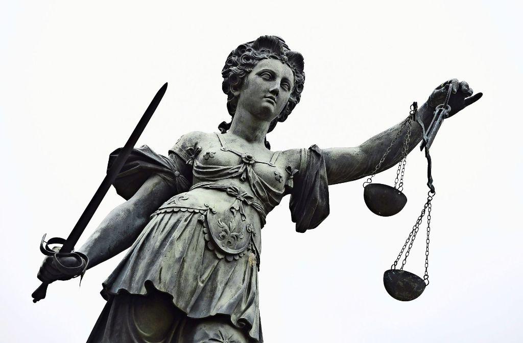 Als der Sachverständige sein Gutachten vorlegt, und ihn belastet, rastet der Angeklagte, der sich keiner Schuld bewusst ist, aus. Foto: dpa