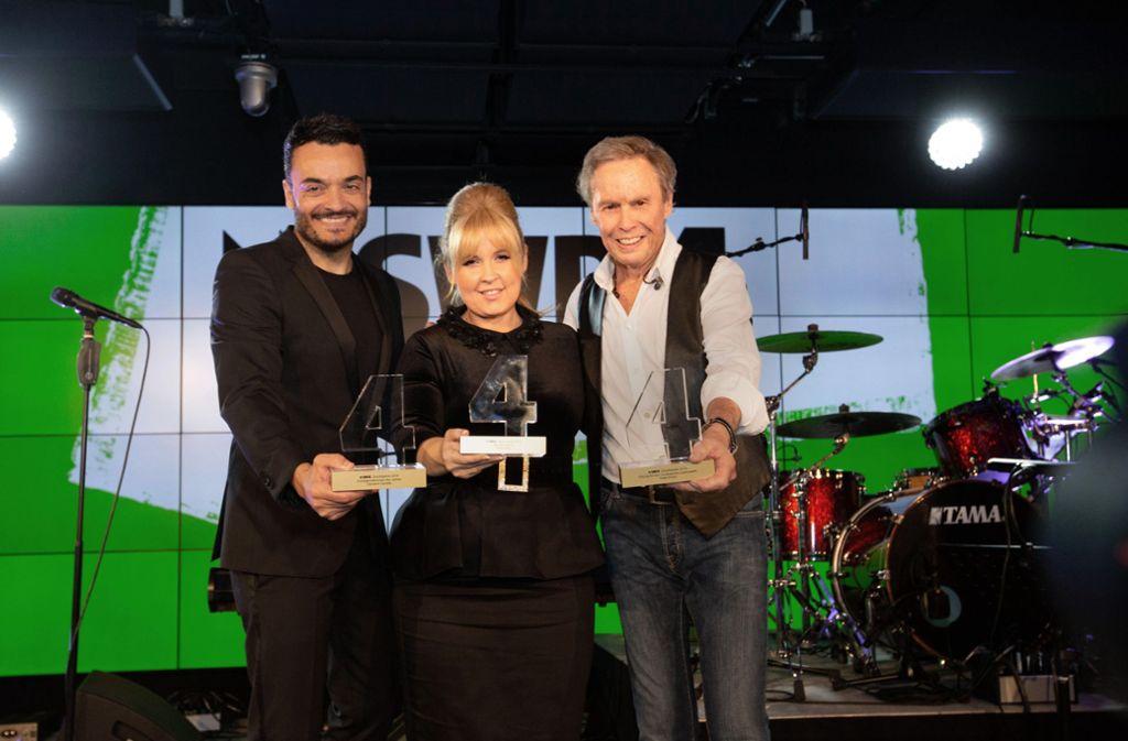 Peter Kraus (rechts) ist in der Stuttgarter Spardawelt mit Giovanne Zarrella und Maite Kelly von SWR 4 geehrt worden. Foto: SWR/Markus Palmer.