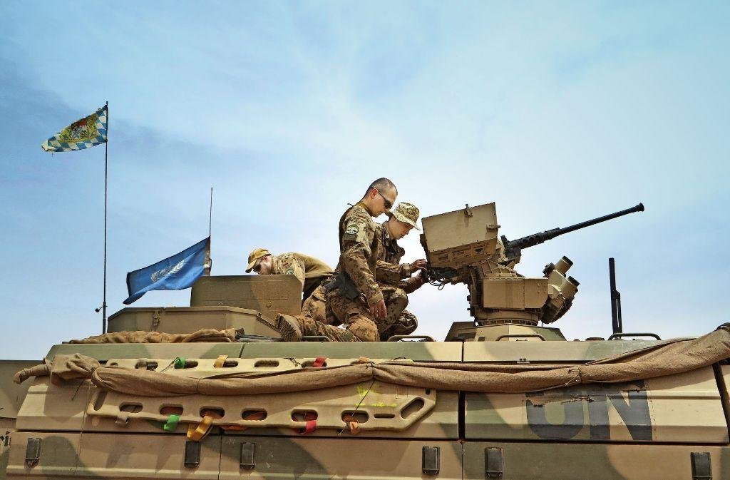 Fertigmachen zur Patrouille für diese bayerischen Soldaten – die blaue Flagge macht deutlich, dass die deutschen Soldaten im Auftrag der Vereinten Nationen unterwegs sind. Foto: Schiermeyer