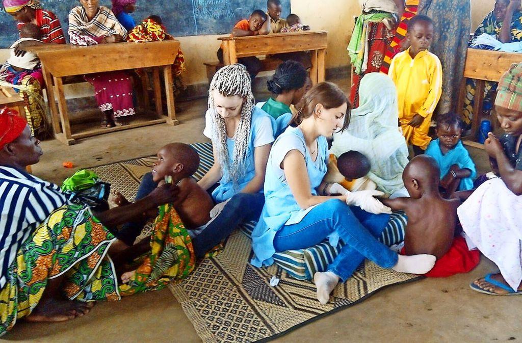 Zwei Freiwillige kümmern sich im Ubumwe Community Center in Gisenyi, einem Behindertenzentrum, um kleine Kinder. Links im Bild ist Julia Fiedler, die über Friends of Ruanda nach Gisenyi gekommen ist. Foto: privat