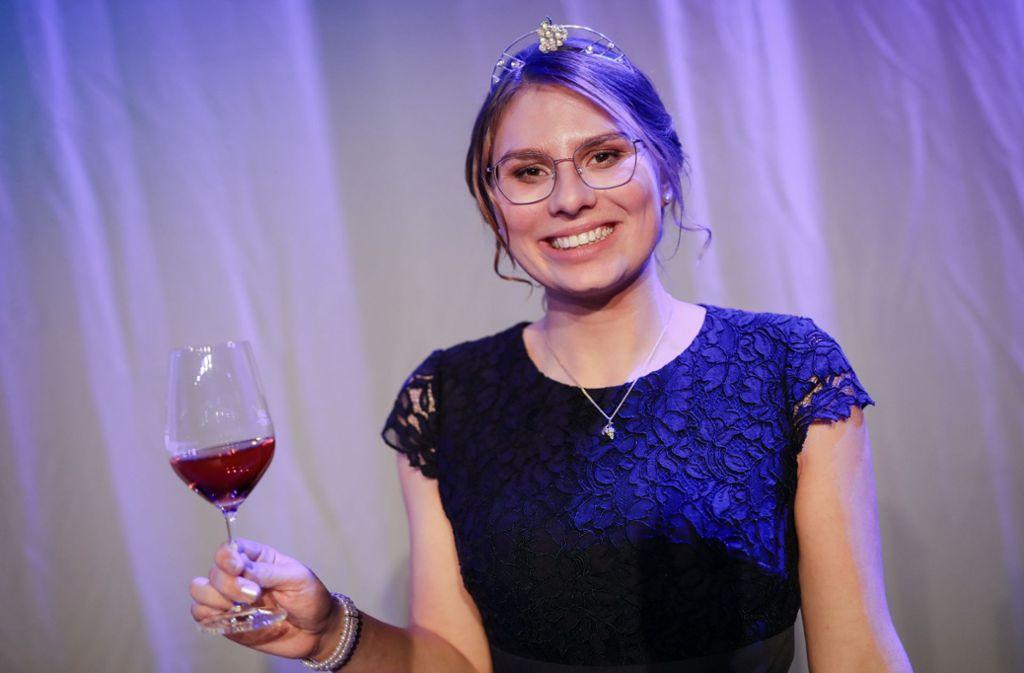 Die 21-jährige Tamara Elbl darf die Weinkrone für ein Jahr lang tragen. Foto: dpa/Christoph Schmidt