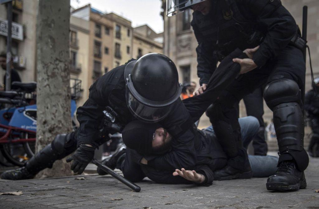 Bei den Protesten in Barcelona werden mehr als 60 Menschen verletzt. Foto: AP