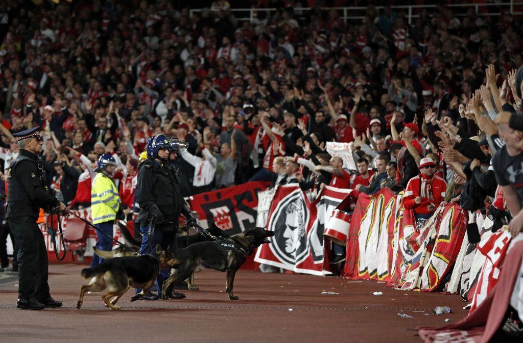 Der Spielbeginn in der UEFA Europa League zwischen dem FC Arsenal und dem 1. FC Köln verzögert sich. Foto: AFP