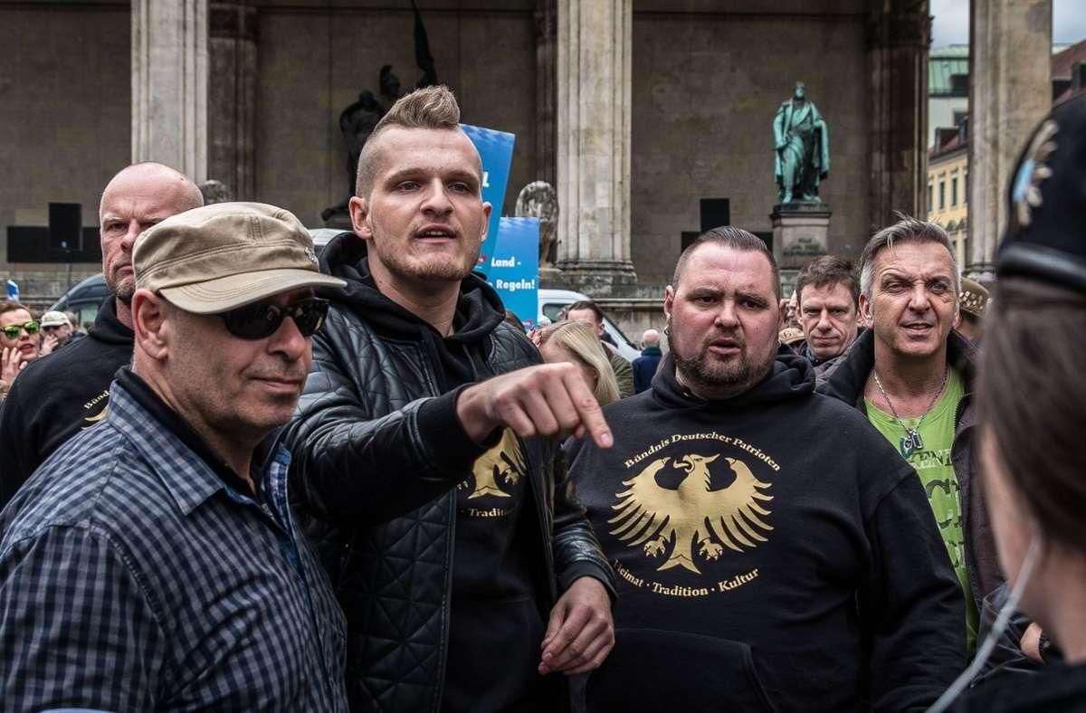 Der rechte Rapper Chris Ares (Mitte) bei einer AfD-Kundgebung im April 2016 in München. Foto: imago/ZUMA Press/imago stock&people