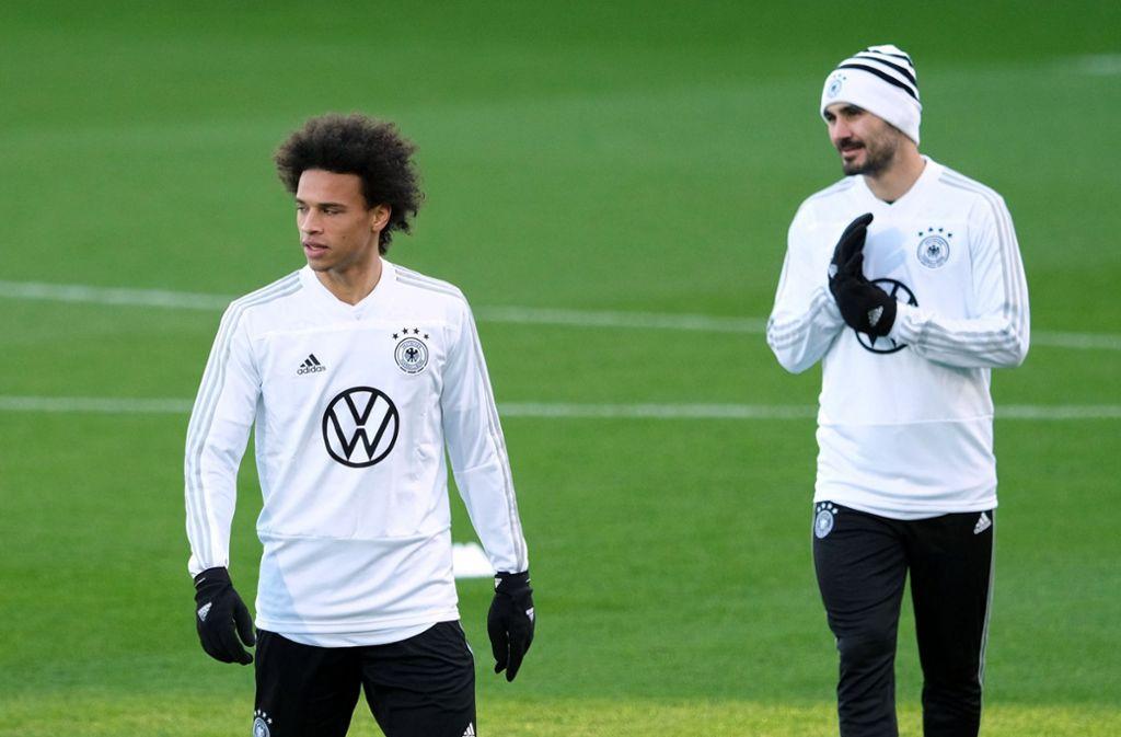 Leroy Sané (li.) und Ilkay Gündogan wurden während des Länderspiels gegen Serbien in Wolfsburg von Zuschauern beleidigt. Foto: dpa
