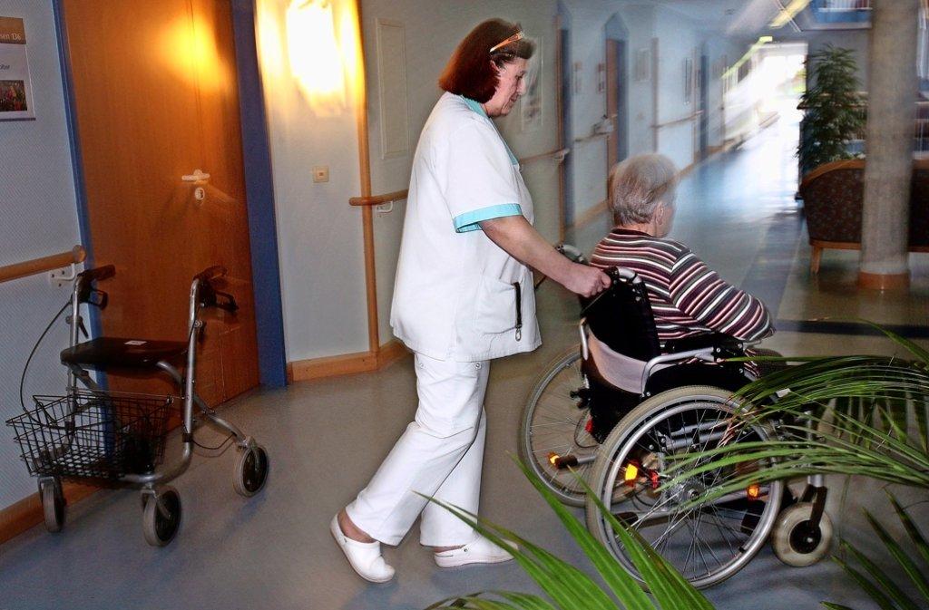 Die Einrichtungen wie hier das Samariterstift in der Leonberger Seestraße kämpfen auf vielen Wegen um genügend Pflegepersonal. Foto: factum/Archiv
