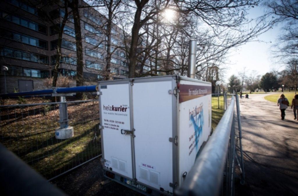 500 Kilowatt Leistung entfaltet die Heizungsanlage im Schlossgarten (oben). Das warme Wasser gelangt über Leitungen an die Ministeriumsrückwand. Foto: Lichtgut/Achim Zweygarth