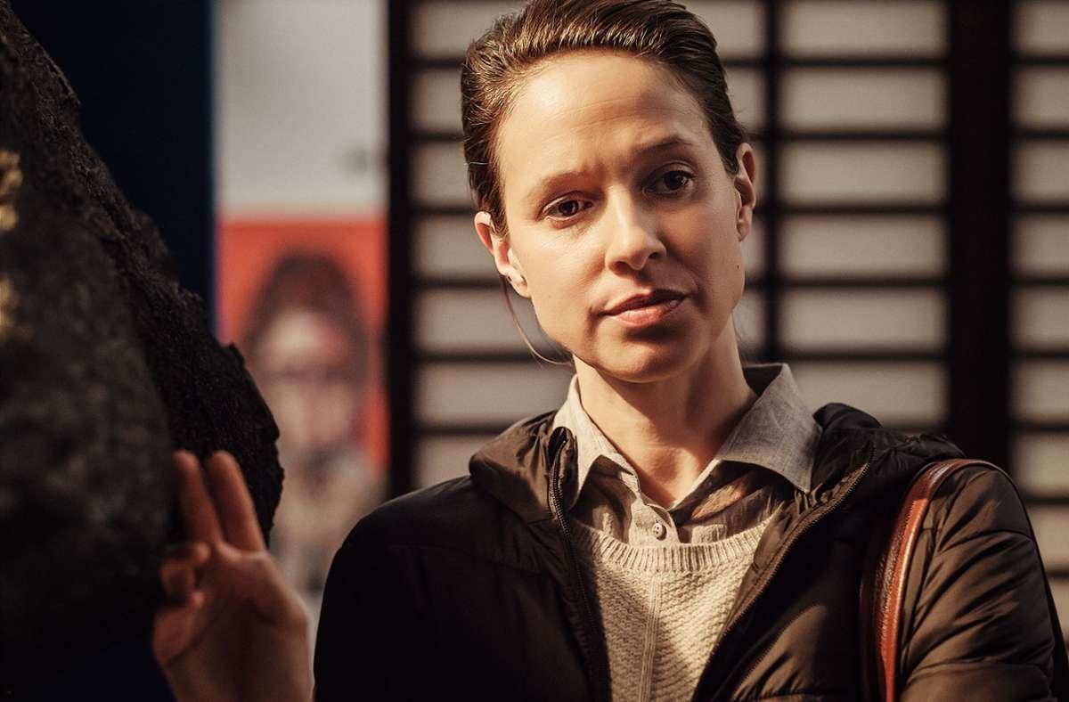 """Szene aus der ZDF-Serie """"Schlafschafe"""": Melanie (Lisa Bitter, li.) ist Anhängerin einer Verschwörungstheorie, sie fürchtet sich vor Rauchmeldern und glaubt nicht, dass Atemschutzmasken  gegen Corona helfen. Foto: ZDF und Raymond Roemke/Raymond Roemke"""