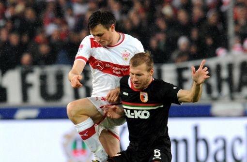 Unglücksrabe William Kvist: Der Däne vom VfB Stuttgart hat sich im Zweikampf mit Ragnar Klavan aus Augsburg verletzt. Foto: dpa