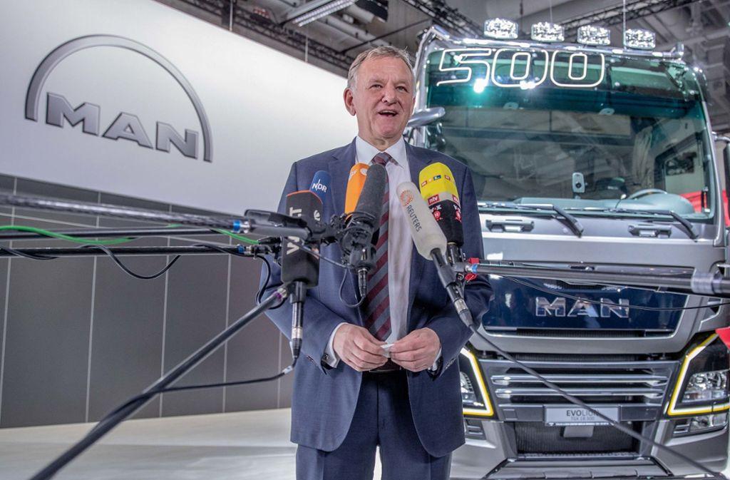 Andreas Renschler, Mitglied des Vorstands der Volkswagen AG für den Geschäftsbereich Nutzfahrzeuge und Vorstandsvorsitzender der Traton AG, spricht bei der Volkswagen-Hauptversammlung zu den Medienvertretern vor einem MAN-Lastwagen. Foto: dpa