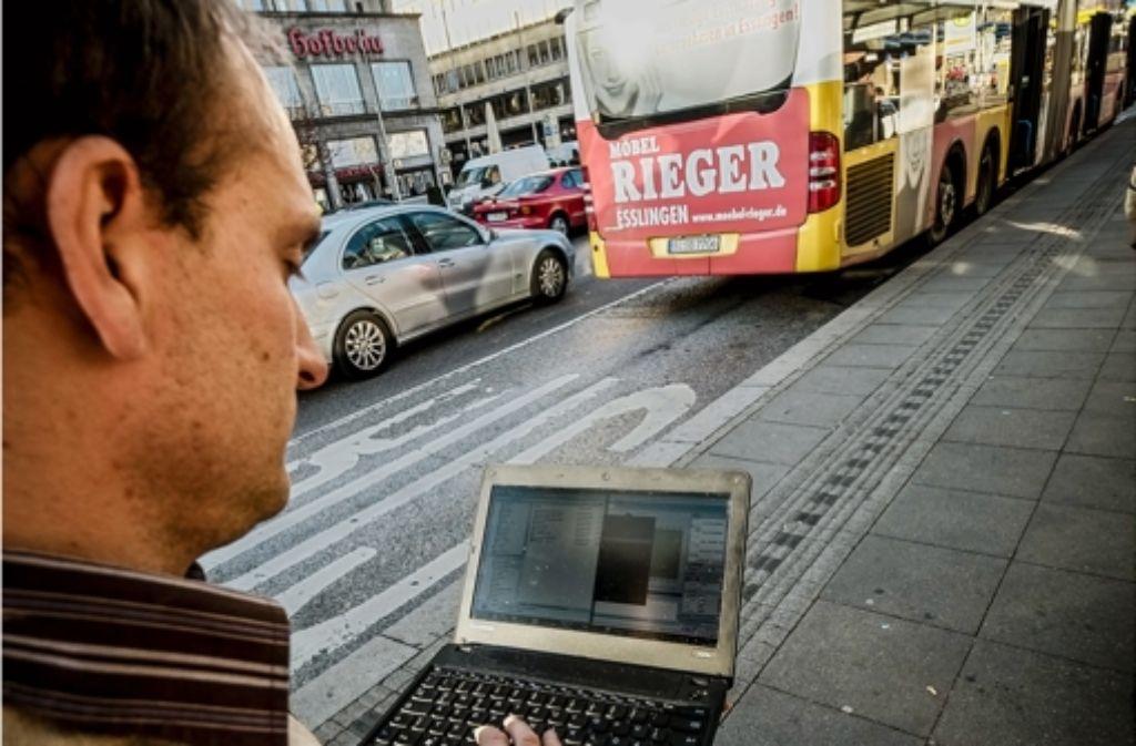 Der Laptop zeigt Denis Pöhler die gemessenen Schadstoffwerte an. Foto: