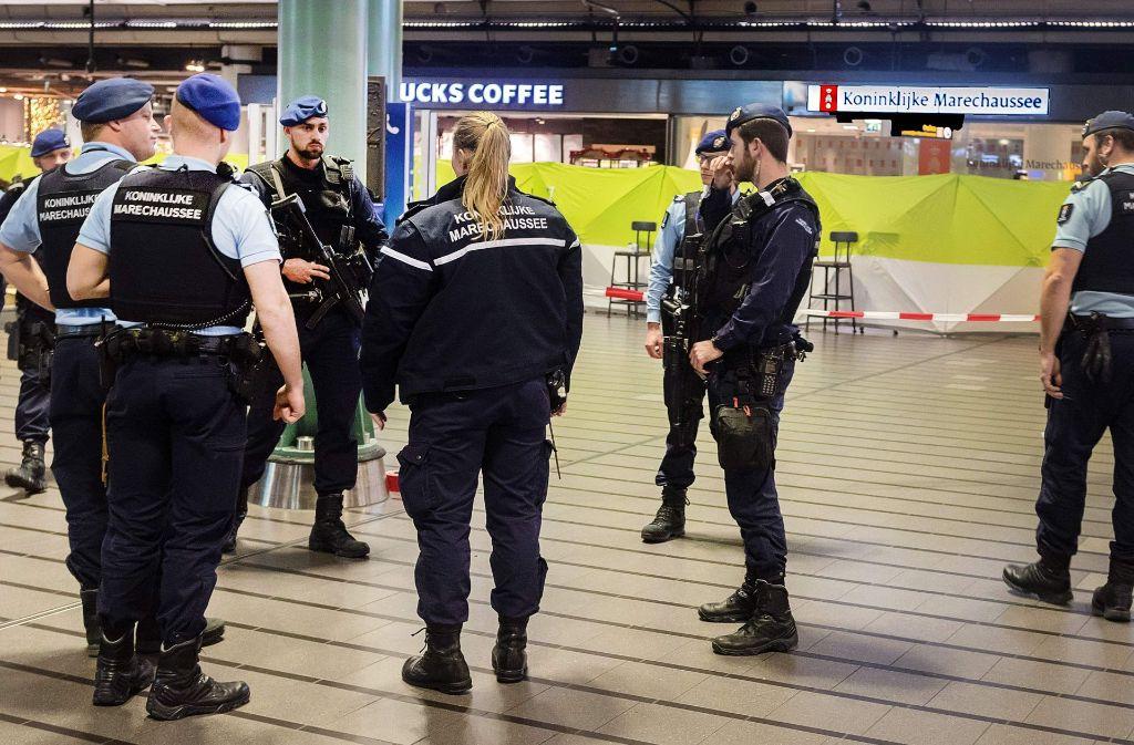Die Polizei am Amsterdamer Flughafen hatte es mit einem Mann zu tun, der mit einem Messer drohte. Foto: AFP