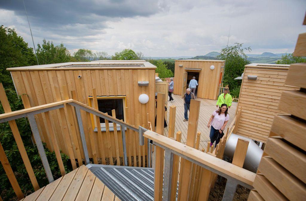Die Baumhäuser haben zwei oder vier Betten und sind über Terrassen miteinander verbunden. Foto: Michael Steinert