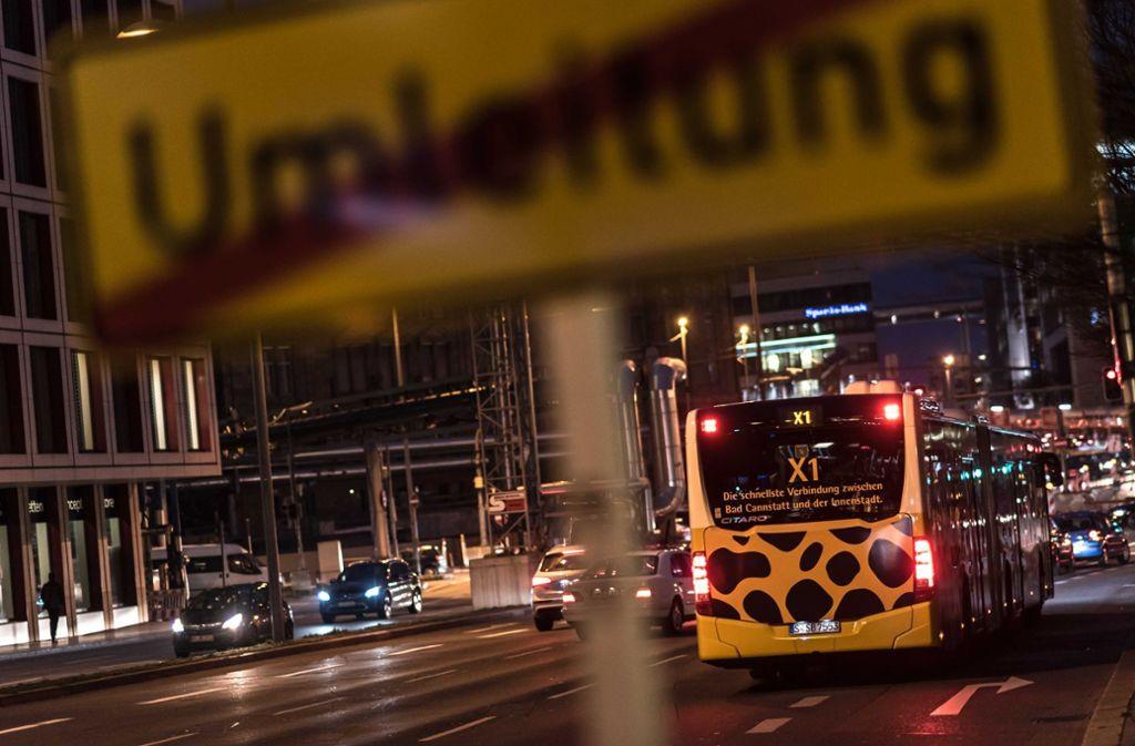 Die Busspur zwischen der Stadtmitte und Bad Cannstatt soll verlängert werden. Ein Fahrstreifen für Autos fällt dadurch weg. Foto: Lichtgut/Max Kovalenko