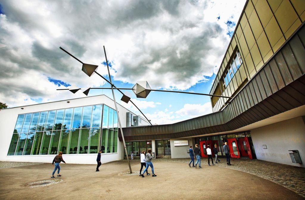 Das  Hölderlin-Gymnasium soll für  rund 14 Millionen Euro saniert werden, unter anderem sind die Fenster marode. Foto: Ines Rudel