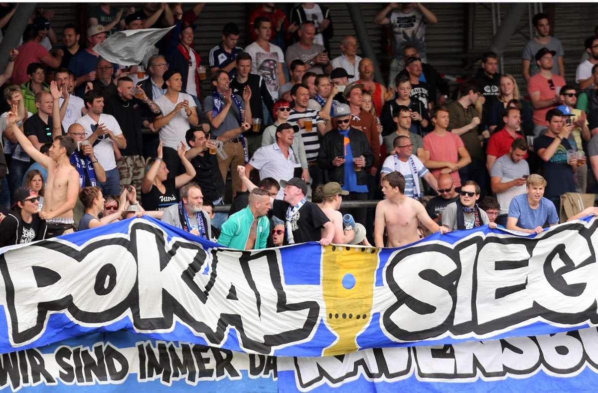 Die Fans des Oberligisten FV Ravensburg feiern 2016 den WFV-Pokal-Sieg ihres Clubs im Gazi-Stadion. So feucht-fröhlich wird es in diesem Jahr am 22. August beim Finaltag der Amateure auf der Waldau nicht zugehen. Maximal  500 Zuschauer dürfen rein, Stehplätze sind gar nicht erlaubt. Foto: Baumann