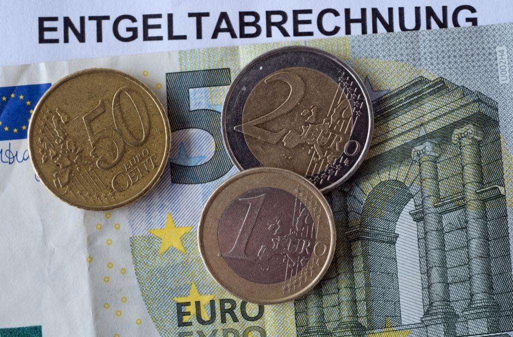 8,50 Euro – das ist der Mindestlohn in Deutschland. Und zwar auch dann, wenn der Arbeitgeber das Urlaubs- und Weihnachtsgeld einbezieht, um auf diesen Betrag zu kommen. Foto: dpa