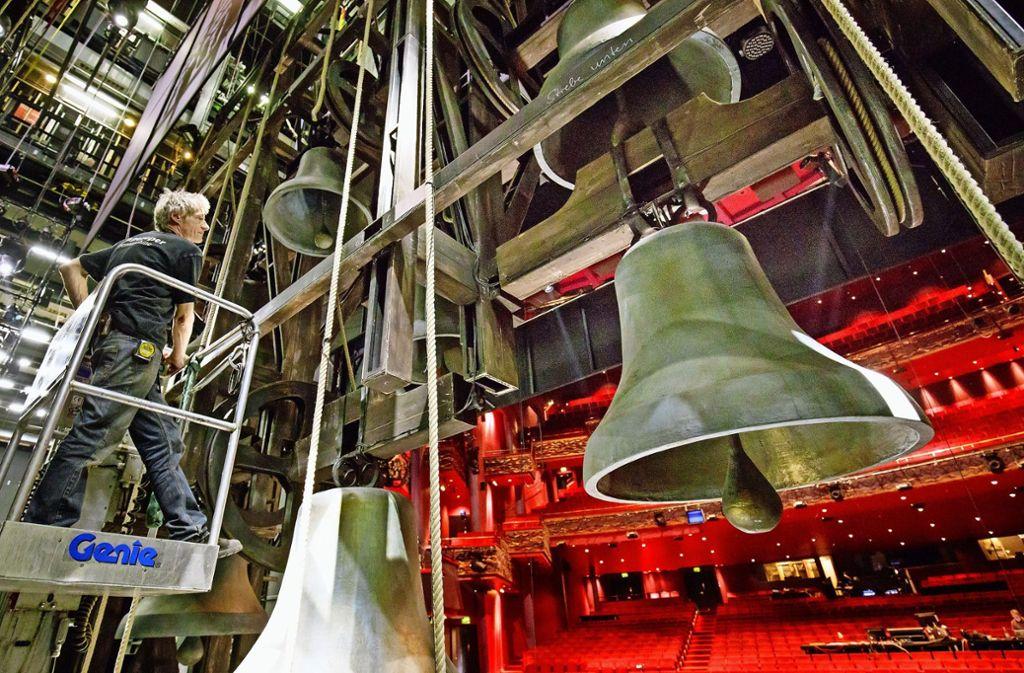 Ein Techniker  prüft den Glockenturm im Apollo-Theater in Stuttgart. Foto: Jan Potente