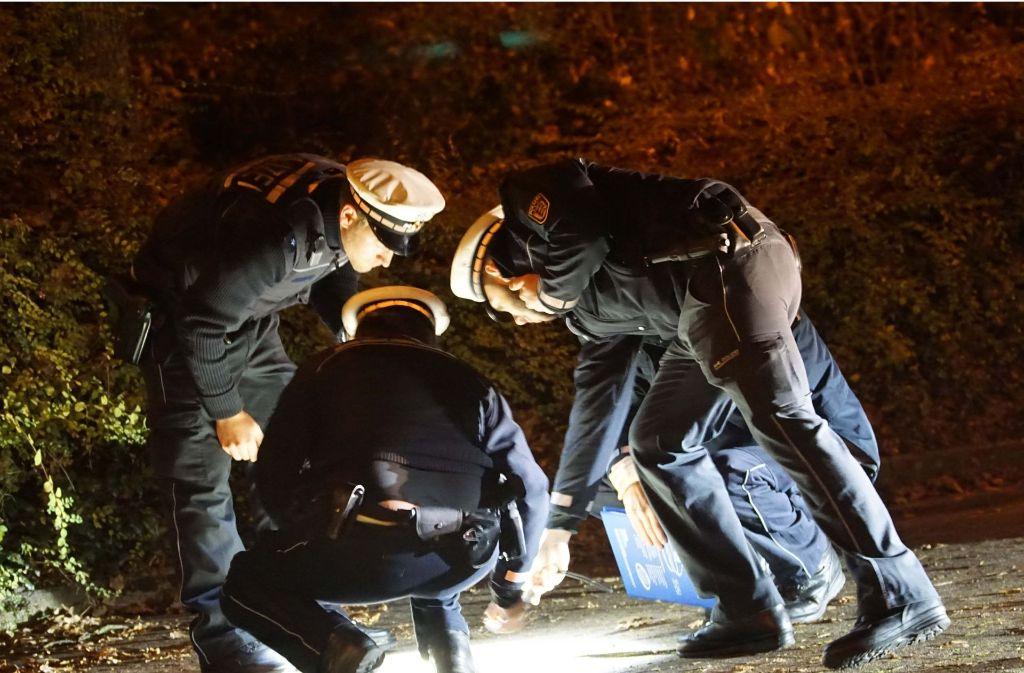 Polizisten untersuchen den Tatort nach Schüssen in Kornwestheim. Foto: SDMG