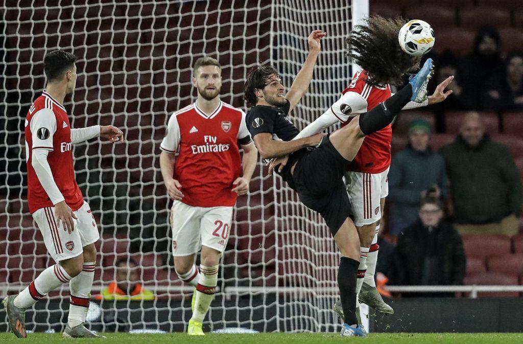 Kampf um den Ball: Matteo Guendouzi (Arsenal London) hält seinen Kopf gegen Frankfurts Goncalo Paciencia hin. Foto: AP/Matt Dunham