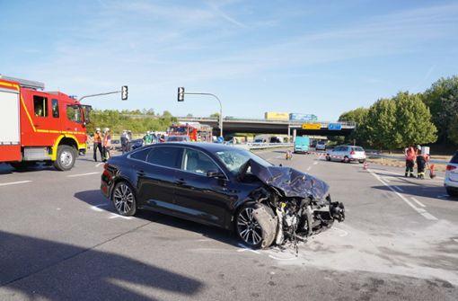Fahrerin übersieht rote Ampel und verursacht Unfall mit drei Verletzten