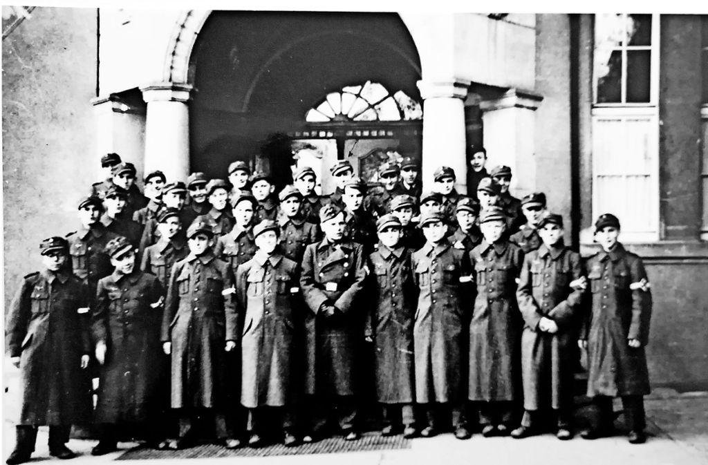 Die Flakhelfer vor dem Eingang der Filderschule mit    Rolf Armbruster (hinten vor Türmitte), Werner Fuchs (ganz rechts) und Artur  Stark (erste Reihe, Vierter  von links). Foto: privat
