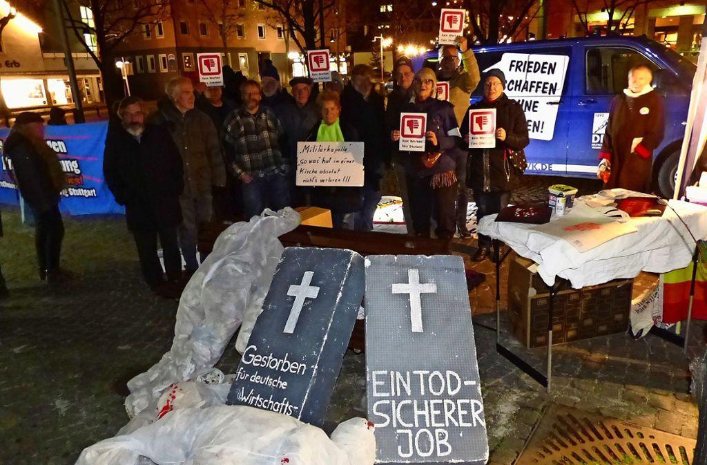 Protest gegen das Konzert und  hohe Militärausgaben:  Demonstranten formieren sich an einem Infostand. Foto: Michael Käfer